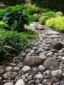 parterre de fleurs avec galets cobtsacom With decorer son jardin avec des galets 1 1001 idees et conseils pour amenager une rocaille fleurie