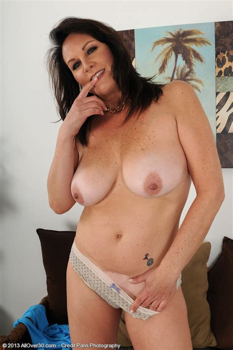Brunette Milf Sterling Flaunt Her Mouth Watering T