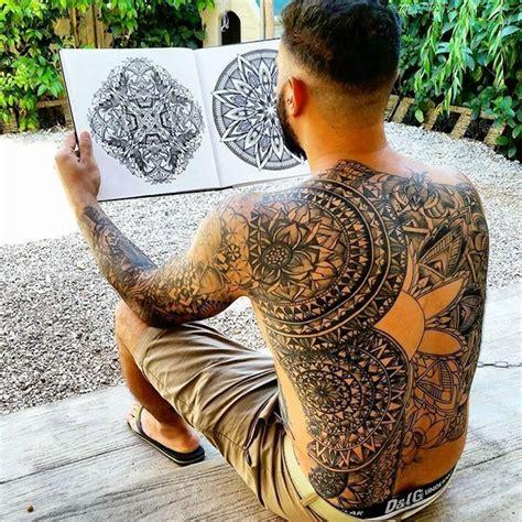 idees tatouage dos homme sous le signe du verso