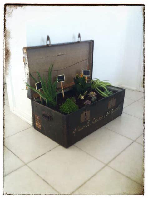 cache pot de fleur r 233 alis 233 dans une vieille ou caisse militaire en bois et m 233 tal compos 233