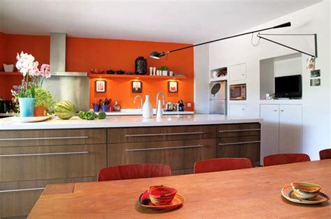 cuisine orange et noir associer la peinture orange dans salon cuisine et chambre