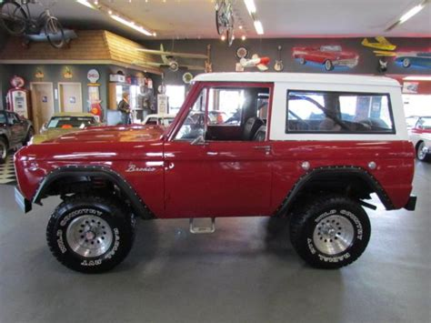 jeep bronco white black fender flares with white top like the wheels too