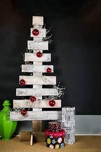 Weihnachtsbäume Aus Holz : interessante holzdekoration weihnachtsbaum bauen aus holz wei streichen und mit baumkugeln ~ Orissabook.com Haus und Dekorationen