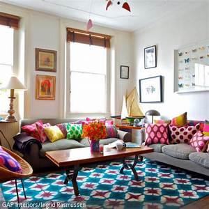 Teppich Im Wohnzimmer : die bunten dekokissen verleihen dem wohnzimmer ein eigenleben und heben durch ihre knalligen ~ Frokenaadalensverden.com Haus und Dekorationen