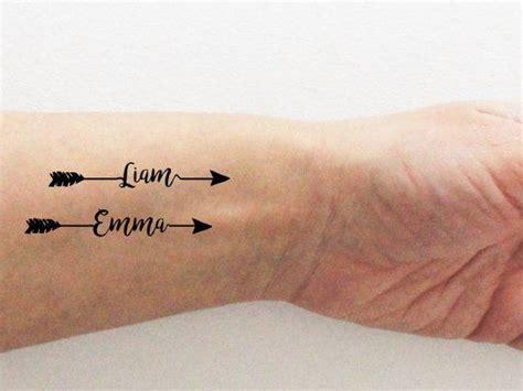 tatouages temporaires de prenom avec une fleche ou