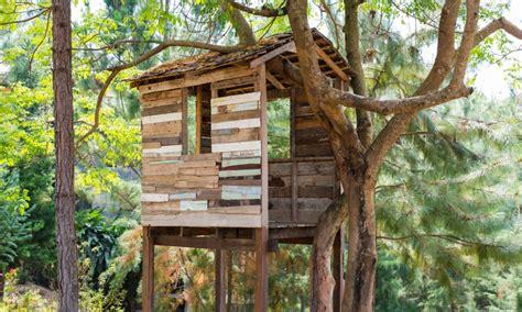 comment faire une cabane dans sa chambre cabanes dans les arbres construire une cabane perchée