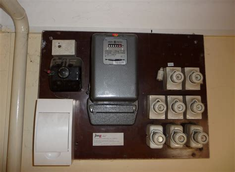 Electricity Fuse Box by File Electricity Meter And Fuse Box Jpg Wikimedia