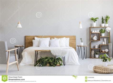 vicino al letto poltrona modellata vicino al letto di legno bianco nell