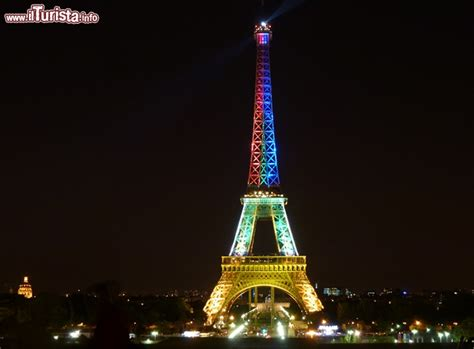 torre eiffel illuminata la torre eiffel illuminata con i colori sud foto