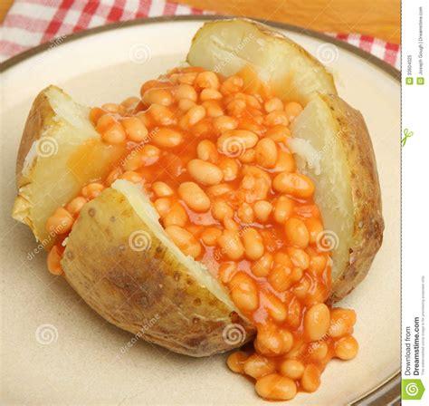pommes de terre robe de chambre pomme de terre en robe de chambre avec les haricots cuits