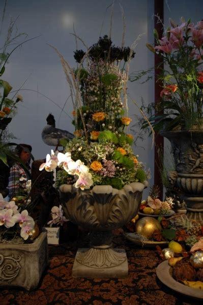 toepfe vasen troege aus steinguss und terracotta fuer den garten