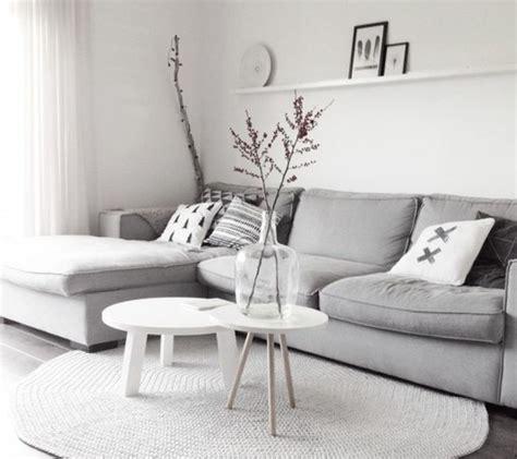 canap 2 places beige un salon en gris et blanc c 39 est chic voilà 82 photos qui en témoignent