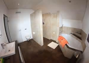 www badezimmer badezimmer mit graffiti dekor platten und exklusiver badewanne