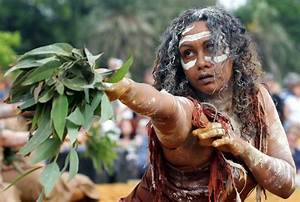 Australian Aborigine-Woman Dancing | Beautiful Browns ...