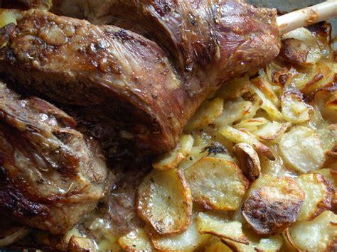 cuisiner un gigot d agneau gigot d 39 agneau au four sur lit de pommes de terre