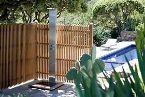 ambiance decontractee autour de la piscine With amenagement autour de la piscine 2 installation dune douche dexterieur