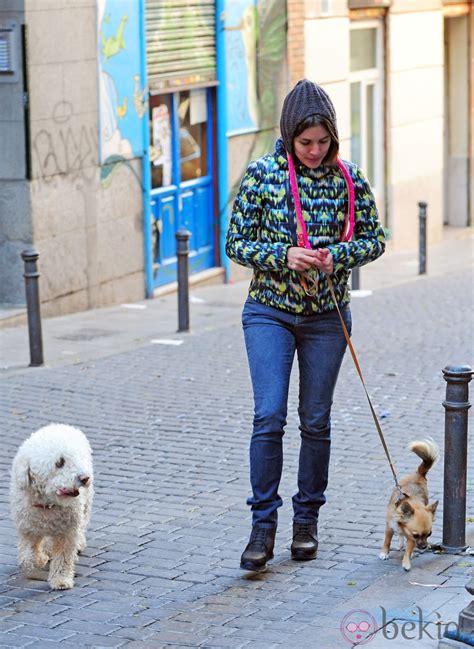 adriana ugarte paseando  los perros por madrid adriana