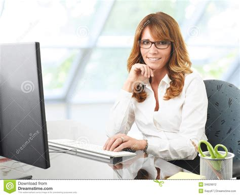 femme de bureau femme d 39 affaires de sourire au bureau avec un ordinateur