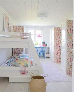 Kinderzimmer Schrank Mädchen : kinderzimmer m dchen geschwister etagenbetten kleiderschr nke tapetenreste blumenmuster ~ Indierocktalk.com Haus und Dekorationen
