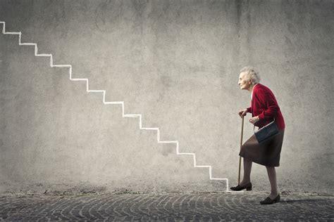 escalier pour personne agee l outil d ind 233 pendance monte escalier personne 226 g 233 e le petit monde de