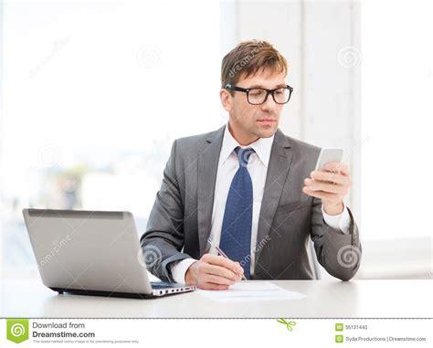 bureau homme d affaire homme d 39 affaires travaillant avec l 39 ordinateur portable et