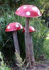 rote pilzen mit holzstamm garten pinterest mushrooms With französischer balkon mit bronze statue garten