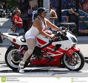 Moto Et Motard : fille de motard sur une moto chez harlem est new york image ditorial image 57161000 ~ Medecine-chirurgie-esthetiques.com Avis de Voitures