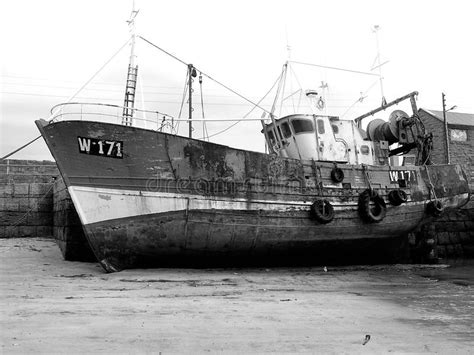 tides tide boat sits lower