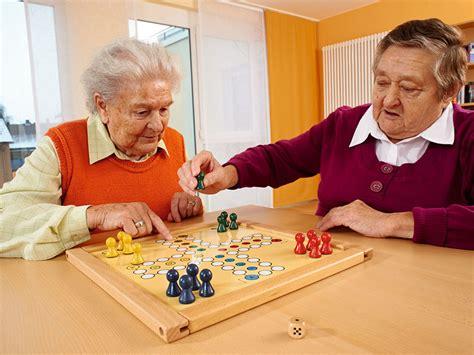 Realiza estos juegos recreativos para adultos y divirtete! Los 8 juegos más divertidos para adultos mayores