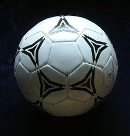 Fußball ist ein ballsport, bei dem zwei mannschaften mit je elf spielern gegeneinander antreten. Fußball (Sportgerät) - Wikipedia