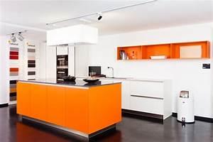 Küchenzeile Mit Kochinsel : rational musterk che tio rational hochwertige k chenzeile mit kochinsel in orange ~ Orissabook.com Haus und Dekorationen