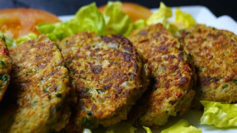 Una hamburguesa es un sándwich hecho a base de carne molida o de origen vegetal, aglutinada en forma de filete cocinado a la parrilla o a la plancha, aunque también puede freírse u hornearse. Día de la hamburguesa: prueba esta rica receta de hamburguesas de legumbres