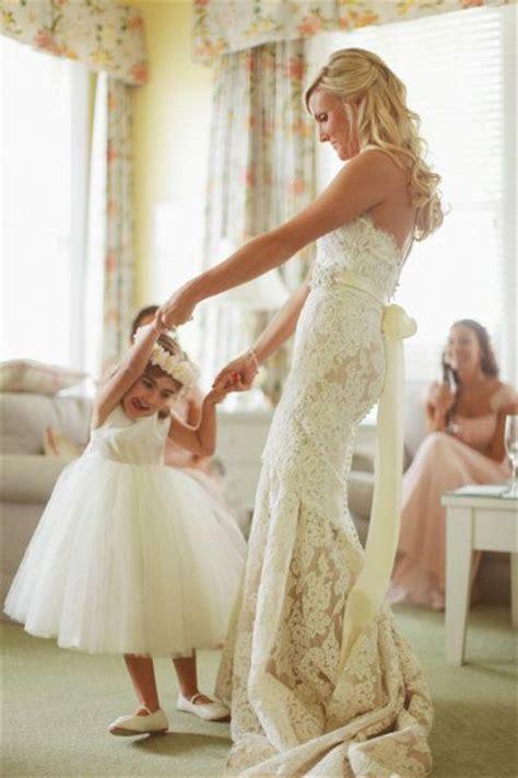 cute wedding photo ideas  bride  flower girl
