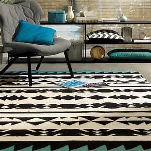 le tapis ethnique chic creez une ambiance exotique With tapis ethnique avec faire teindre un canapé en cuir