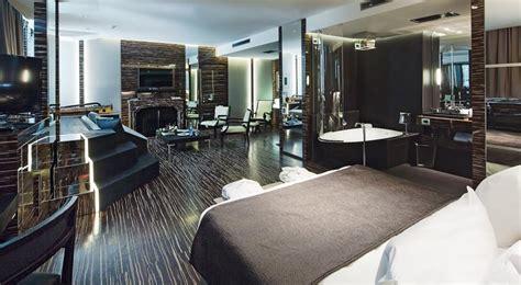 canapé et méridienne garden pool suite romeo hotel de naples