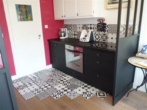 une cuisine avec carreaux de ciment avec