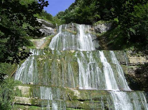cascades du h 233 risson dans le jura et paysages des cings connect 233 s 224 la nature