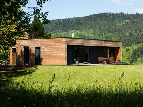 maison en bois booa une maison en bois mont 233 e en un jour maisons en bois en bois et bois