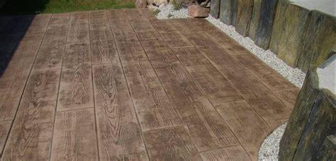 terrasse en beton imprime imitation bois nos conseils