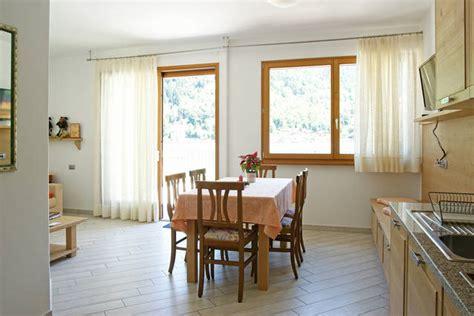 angolo cottura in soggiorno angolo cottura e soggiorno chalet al lago alleghe
