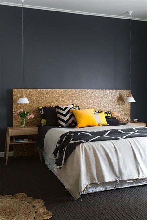 chambre avec mur en chambre mur noir avec des meubles en bois