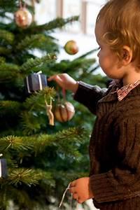 Weihnachtsbaum Richtig Schmücken : kinder schm cken ihren weihnachtsbaum sch ne weihnachten ~ Buech-reservation.com Haus und Dekorationen
