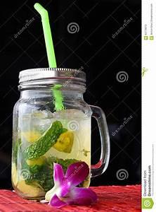 Verre à Mojito : grand verre de mojito avec la fleur d 39 orchid e sur le noir photo stock image 63779073 ~ Teatrodelosmanantiales.com Idées de Décoration