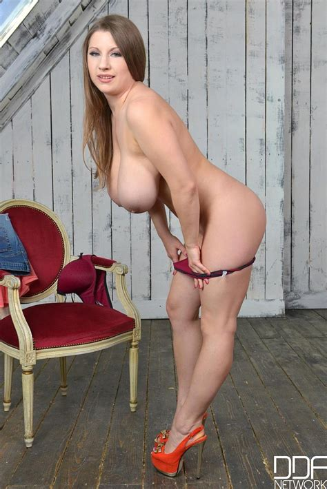 Samanta Lily Shows Off Her Monster Naturals