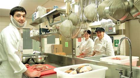 dep en cuisine des étudiants cuisinent 2 000 portions de de viande