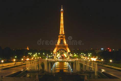 toren van eiffel parijs frankrijk stak omhoog bij nacht