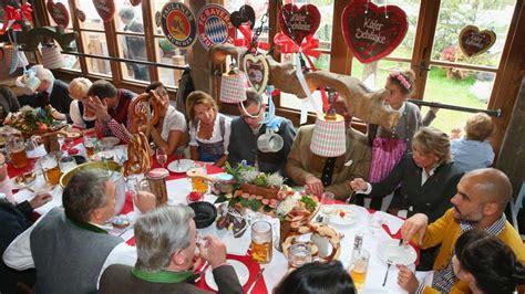 È l'evento più famoso ospitato in città, nonché la più grande fiera del mondo, con mediamente 6 milioni di visitatori ogni anno (quasi 7 milioni nel 2011) con un consumo di 7,5 milioni. FC Bayern Munchen Oktoberfest - Goal.com