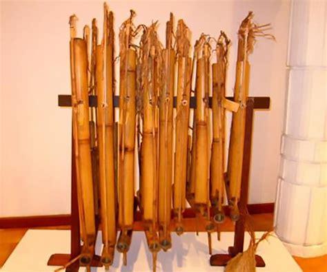 Angklung merupakan alat musik tradisional bernada ganda (multitonal) yang pada awalnya berkembang di masyarakat sunda bagian pulau jawa di sebelah barat. Angklung Buhun, Kesenian Tradisional Suku Baduy di Banten - Kamera Budaya