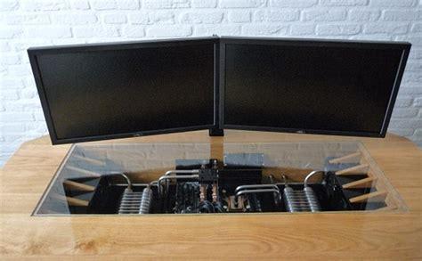 un magnifique ordinateur intégré dans un bureau sur mesure