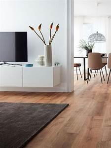 Wohnzimmer Mit Brauner Couch : helles wohnzimmer und brauner designboden abgerundet mit dunklem teppich vinylboden modern ~ Markanthonyermac.com Haus und Dekorationen